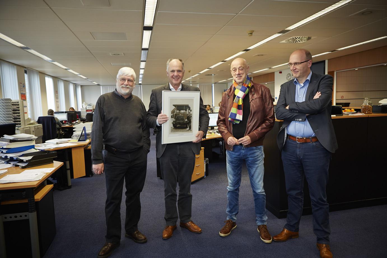 Ad van Wijk krijgt een presentje voor de puike ontvangst. Rechts Arnold Stam.