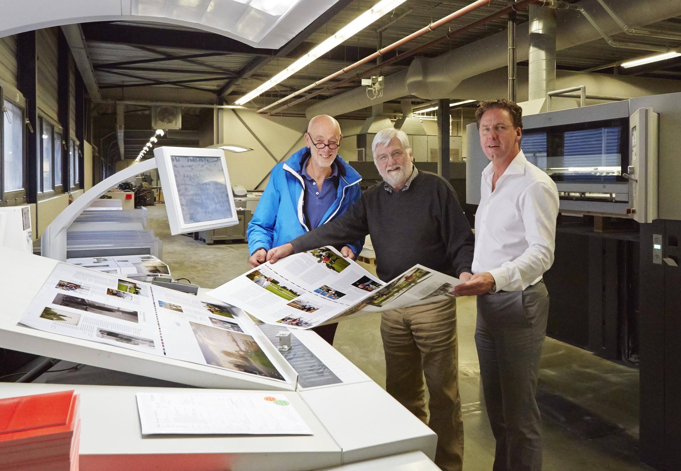 Het boek rolt van de pers: vlnr Piet Hartman, Hans Werther en Maurice Damen. Foto Hans Werther