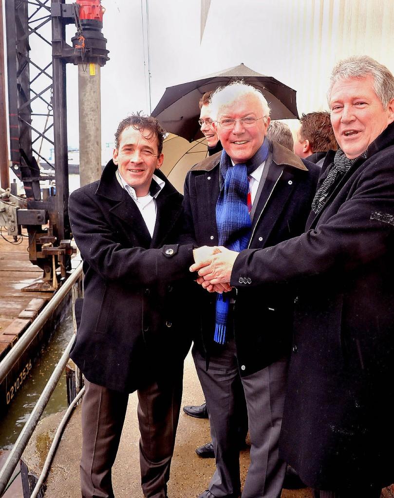 DG Rivierenland. 1e paal Beatrixhaven. Drie havenbaronnen v.l.n.r.: Rolf Maliepaard -alg. directeur De Waal-, Ton de Waal en drs. Ad van Bergum van VEKA. Foto: Hans Roest