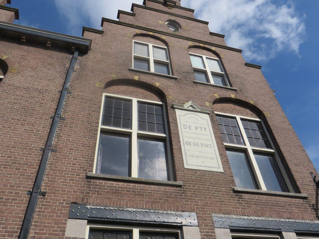 Het verloederde postkantoor met een prachtig gedicht van Lizzy van Pelt. Foto Piet Hartman